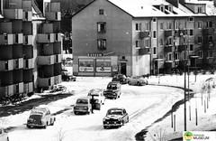 tm_7423 - Dyckertsgatan, Tidaholm 1960 (Tidaholms Museum) Tags: svartvit positiv hyreshus exteriör livsmedelsaffär tidaholm fordon stadsgata 1960 vinter snö