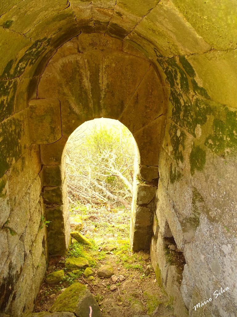 Águas Frias (Chaves) - ... porta exterior, na muralha, a norte (agora visível, após a intervenção de limpeza do mato, no espaço interior das velhas muralhas) ...