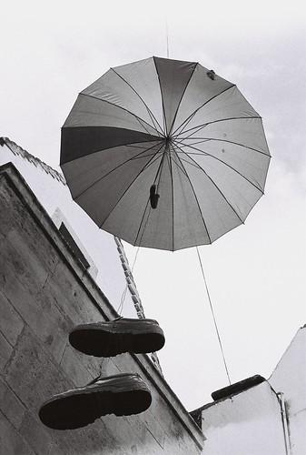 blackandwhite bw film topf25 analog umbrella 50mm... (Photo: giuli@ on Flickr)