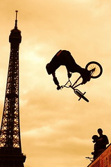 Paris LG Action Sports World Tour 2006 (Sam OULMOU) Tags: world street streetart paris france tower sports bike sport bmx tour sam action top20actionshots eiffeltower eiffel 2006 lg toureiffel trocadero vlo lgactionsports oulmou samoulmou jalalspagessportsworld