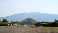 La Pirámide de la Luna vista desde la Calzada de los Muertos (Erik Cleves Kristensen) Tags: mexico teotihuacan mexicodf