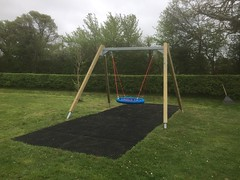 Leigh Parish Swing (eibe play Ltd) Tags: swings grassmatting playo
