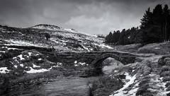Packhorse Bridge (l4ts) Tags: landscape derbyshire peakdistrict darkpeak blackwhite monochrome burbagebrook burbagevalley packhorsebridge higgertor walkers snow winter
