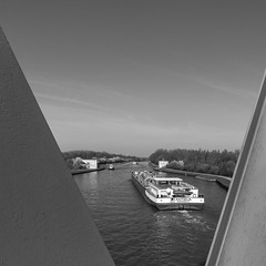 Datteln-Hamm-Kanal (jkiter) Tags: ruhrgebiet deutschland landschaft waltrop kanal schiff fahrzeug sw natur rahmen germany landscape nature outdoor schwarzweis ship vehicle vessel bw blackandwhite einfarbig frame monochrome