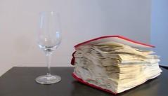 Mon livre avait une grande soif de connaissances.  Un véritable cale verre! (Robert Saucier) Tags: montréal montreal livre book img7905