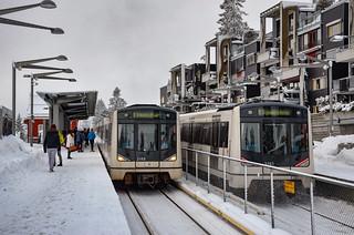 Croisement de métros sur la ligne 1 à la station donnant accès à la piste olympique de saut à ski