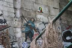 Rue Meurt d'Art + Invader_6590 rue des Pyérénées Paris 20 (meuh1246) Tags: streetart paris ruemeurtdart invader ruedespyérénées paris20 spaceinvaders mosaïque soldat arme