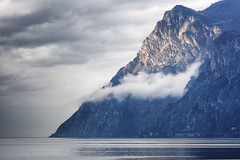 Gardasee (blichb) Tags: 2018 frühling gardasee italien lagodigarda reise riva rivadelgarda sonya7rii trentino urlaub blichb himmel wolken berge zeissbatis85