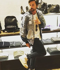A special thanks to #TommyVee and #BePosotive for the #specialevent in #Treviso at @lazzari_store for the presentation of #veeshoes #sneakers by @djtommyvee & @bepositive_authentic (lazzaristore) Tags: lazzari store fashion clothing