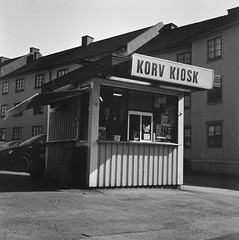 Korv kiosk (rotabaga) Tags: sverige sweden svartvitt göteborg gothenburg blackandwhite bw bwfp lomo lomography lubitel166 fomapan r09 mediumformat mellanformat 120 6x6 twinlens diy majorna mariaplan