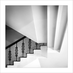Baix l'escala / Under the stairs (ximo rosell) Tags: ximorosell bn blackandwhite blancoynegro bw buildings llum light luz arquitectura architecture abstract abstracció squares stairs nikon d750 detall