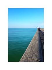 Loin, très loin... (Laurent TIERNY) Tags: mer phare
