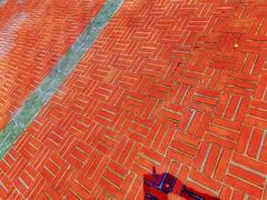 La arquitectura empieza cuando se ponen dos ladrillos juntos. (FOTOS PARA PASAR EL RATO) Tags: texturas rojo cdmx unam cerámica piso ladrillo pavimento