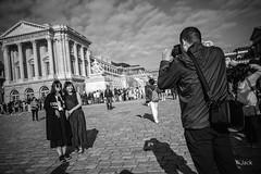en passant par Versailles (Jack_from_Paris) Tags: l1011786bw leica m type 240 10770 leicaelmaritm28mmf28asph 11606 dng mode lightroom capture nx2 rangefinder télémétrique bw noiretblanc noir et blanc monochrom wide angle street château de versailles visite attente queue waiting asie asiatique photo sourires