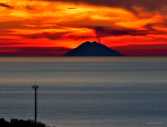 Stromboli visto dalla Calabria Italy (Arcieri Saverio) Tags: calabria italy mare stromboli iddu mer blue blu rosso red rouge volcan volcanes vulcano isle isole eolie paesaggio nikon nikkor 55300 55300mm d5300