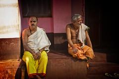 GOKARNA: PÈLERINS AU REPOS (pierre.arnoldi) Tags: inde india karnataka gokarna pèlerins brahmanes pierrearnoldi photographequébécois photoderue photooriginale photocouleur photodevoyage on1photoraw2018 canon6d objectiftamron portraitdhomme portraitsderue