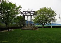 El quiosco....Laguardia (kirru11) Tags: elquiosco parque campas verdes árboles busto bancos montes laguardia paisvasco españa kirru11 anaechebarria canonpowershot