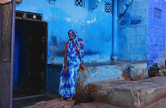 India- Rajasthan- Jodhpur (venturidonatella) Tags: asia india jodhpur blu blue persone people gentes street streetscene streetlife donna donne women woman velo nikon nikond300 d300 colori colors emozioni emotion