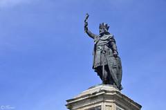 Don Pelayo - Rex Pelagius (Txemari Roncero) Tags: gijon asturias españa arquitectura arquitecture rey pelayo reypelayo donpelayo cielo azul estatua txemarironcero nikon nikond7000