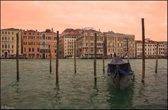 Atardecer en Venecia. (antoniocamero21) Tags: góndola palos mar laguna edificios construcciones color foto sony paisaje venecia veneto italia atardecer