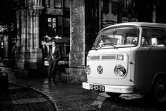 (fernando_gm) Tags: guimaraes portugal europa europe coche furgoneta volkswagen vw california blackandwhite bw blancoynegro night city ciudad people person persona gente street calle callejera fuji fujifilm f14 35mm xt1