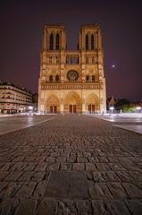 de la tête aux pieds (karinavera) Tags: city longexposure night photography cityscape urban ilcea7m2 france church paris notredame