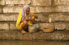 FEMME AUX FLEURS (Jean d'Hugues) Tags: inde gange indienne bénarès rituel fleurs jaune pèlerin femme varasani