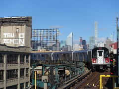 201804139 New York City subway station 'Queensboro Plaza' (taigatrommelchen) Tags: 20180416 usa ny newyork newyorkcity nyc manhattan queens icon urban city skyline railway railroad mass transit elevated subway station train mta r188