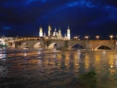 """Zaragoza, basílica de El Pilar y Puente de Piedra sobre el río Ebro en crecida """"Un barco de piedra"""" (joseange) Tags: ebro puentedepiedra crecida"""