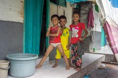 (kuuan) Tags: pose kids portrait fun alongrailwaytracks indonesia voigtländerheliarf4515mm manualfocus mf voigtländer15mm aspherical f4515mm superwideheliar apsc sonynex5n surabaya street java
