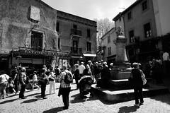 Carcassonne, place du château (Philippe_28) Tags: aude 11 carcassonne france europe 24x36 argentique analogue camera photography film 135 bw nb