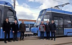 Die Projektbeteiligten der Avenio TZ-Reihe vor dem Zugverband (Frederik Buchleitner) Tags: 2701 2751 anlieferung avenio betriebshof betriebshof2 doppeltraktion mvg munich münchen siemens strasenbahn streetcar twagen t2 t3 tram trambahn