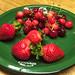 Morangos e cerejas frescos