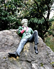 Dublin's Fair City: the louche lounger (Peter Denton) Tags: oscarwilde writer wit playwright literature literary dublin baileáthacliath ireland eire ©peterdenton canoneos100d sculpture merrionsquare dannyosborne guinness sirwilliamwilde queer gay homosexual nephrite jade thulite larvikite granite capitalcity