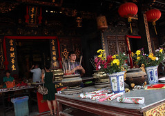 Cheng Hoon Teng Temple (Tanenhaus) Tags: malaysia malacca melaka chenghoonteng buddhist temple chinese templestreet incense offering