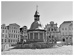 Wismar - fire and water (mechanicalArts) Tags: wismar wasserkunst hansestadt hanseatic city feuer ausgebranntes haus marktplatz bw sw well brunnen
