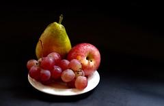 Plato con fruta.... 60vp (valorphoto.1) Tags: selecciónvp fujifilm plato fruta pera manzana uva color fondo oscuro contraste natural composición vegetales naturalezasmuertas stilllife photodgv