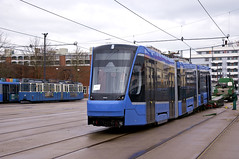 Der erste Dreiteiler setzt auf Münchner Schienen auf. Der Dreiteiler wird sich im Gleisnetz durch die starren ersten beiden Wagenteile und das flexible zweite Gelenk anders als Vier- und Zweiteiler verhalten (Frederik Buchleitner) Tags: 2751 anlieferung avenio betriebshof betriebshof2 mvg munich münchen schwertransport siemens strasenbahn streetcar twagen t3 tram trambahn