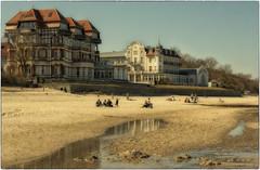 Kühlungsborn West (Heinze Detlef) Tags: kühlungsborn west strand sand urlaub urlauber menschen häuser himmel pfützen spiegelungen gäste sonne