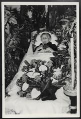 Archiv Hel214  Sterbefoto (Hans-Michael Tappen) Tags: archivhansmichaeltappen sterbefoto aufbahrung leichnam blumen kerze abschied tod totenbett