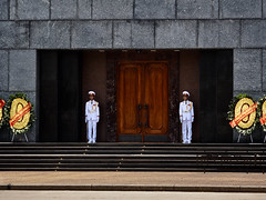 Centinelas de la Guardia de honor en la entrada principal del Mausoleo de Ho Chi Minh, Hanoi, Vietnam (Edgardo W. Olivera) Tags: hochiminh mausoleo mausoleum guardia guard honour honor uniforme soldado vietnamita soldier puerta door vietnam gh3 panasonic lumix asia sea sudesteasiático southeastasia microcuatrotercios microfourthirds edgardowolivera hanoi