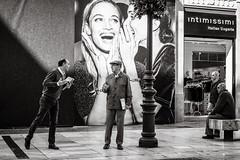 believe me (Gerard Koopen) Tags: spanje spain malaga city people man men believeme streettalk discussion audience straat street straatfotografie streetphotography candid bw blackandwhite blackandwhiteonly fujifilm fuji xpro2 35mm 2018 gerardkoopen streetlife