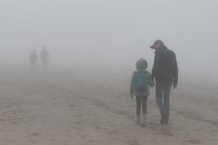 Fantômes de la côte. DSC_2704 (leonhucorne) Tags: fog brouillard olage côte côtebelge nord fantômes merdunord promenade couple people brume