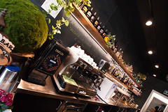 _DSC2646 (fdpdesign) Tags: memphisbelle albenga liguria italia italy furniture shop design shopdesign wood industrial lampade bar food cibo doghe 2018 tavoli sedie sgabelli