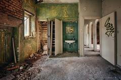 get ready for the day (Knee Bee) Tags: abandonedvilla villakubus room decay urbex waschbecken spiegel mirrow grün green