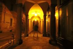 Un'ombra sotto i portici di Bologna (]alice[) Tags: night notte portici bologna emiliaromagna italia italy lucegialla yellowlight sera notturna longexposition lungaesposizione cavalletto ombra shadow sombra