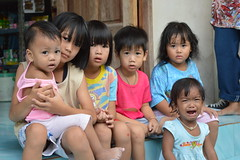 kids in front of a convenience store (the foreign photographer - ฝรั่งถ่) Tags: six children one crying convenience store khlong thanon portraits bangkhen bangkok thailand nikon d3200
