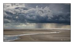 Une averse au loin (Rémi Marchand) Tags: mer manche somme baiedesomme saintquentinentourmont picardie hautsdefrance nuage plage sable canon7d france landscape littoral