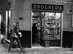 Drogheria (Maurizio Longinotti) Tags: drogheria vicoli street genova