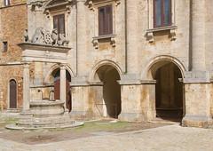 pozzo di Montepulciano (phacelias) Tags: antoniodasangallo piazzagrande montepulciano pozzo well put architecture architettura architectuur bricks stones stenen bakstenen pietre mattoni